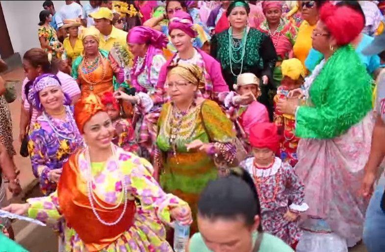Madamas en comparsa en los carnavales de El Callao