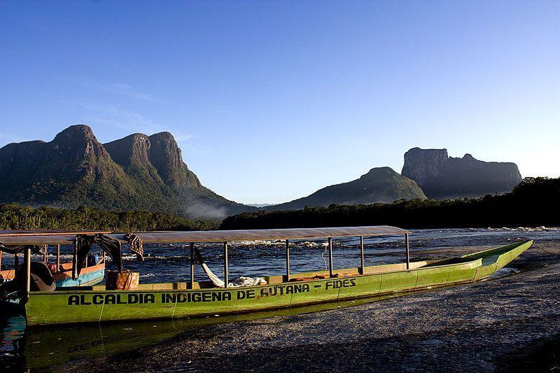 Embarcación en las cercanías del Cerro Autana
