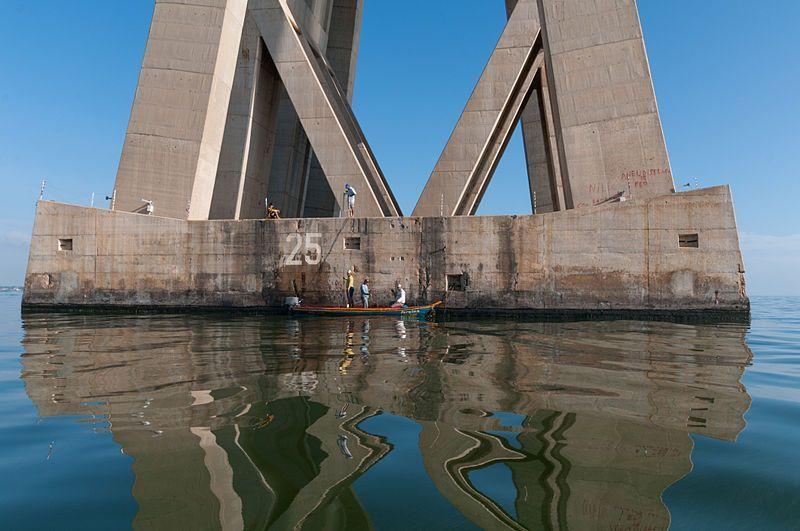 Pescadores en una de las pilas del puente