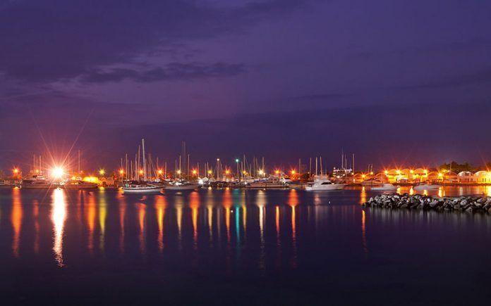Noche en la marina del Club Puerto Azul de Naiguatá